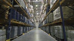 Cámara que se mueve a través de almacén almacen de metraje de vídeo