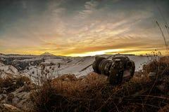 Cámara refleja de lente única en las montañas Fotografía de archivo libre de regalías