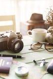 Cámara retra con café y artículos en la tabla de madera Foto de archivo libre de regalías