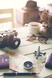 Cámara retra con café y artículos en la tabla de madera Fotografía de archivo