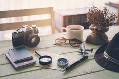Cámara retra con café y artículos en la tabla de madera Imagen de archivo libre de regalías