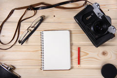 Cámara retra con el cuaderno en blanco Foto de archivo