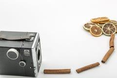 cámara retra con las rebanadas de naranja y de canela secados imagen de archivo libre de regalías