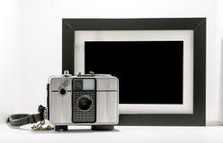 Cámara retra de la película del vintage con la ISO blanco y negro del marco imagen de archivo