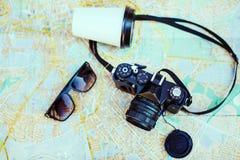 Cámara retra, taza y gafas de sol de la visión superior Imágenes de archivo libres de regalías