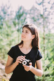 Cámara retra vieja de la película del vintage de Taking Pictures The de la muchacha del fotógrafo caucásico feliz de la mujer jov Fotografía de archivo libre de regalías