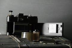 Cámara retra vieja y 35 milímetros Foto de archivo libre de regalías