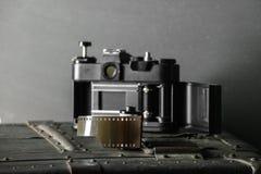 Cámara retra vieja y 35 milímetros Fotografía de archivo libre de regalías