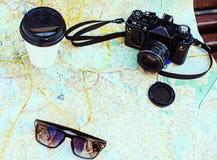 cámara, taza, gafas de sol y mapa Imágenes de archivo libres de regalías