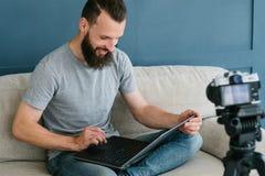 Cámara video blogging del hombre del lanzamiento de la creación contenta imágenes de archivo libres de regalías