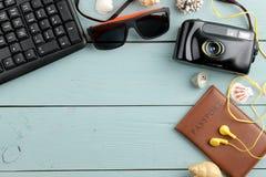 Cámara, vidrios, pasaporte y cáscaras del concepto del viaje en una tabla de madera azul Relajación holidays Visión superior Luga imagen de archivo