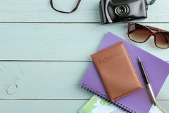 Cámara, vidrios, pasaporte y mapa del concepto del viaje en una tabla de madera azul Relajación holidays Visión superior Lugar li fotografía de archivo libre de regalías