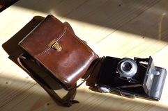 Cámara vieja con el caso de cuero Imágenes de archivo libres de regalías