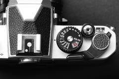 Cámara vieja de la película del vintage con la lente manual del foco Foto de archivo