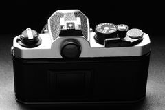 Cámara vieja de la película del vintage con la lente manual del foco Fotos de archivo libres de regalías