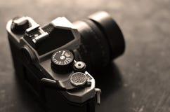Cámara vieja de la película del vintage con la lente manual del foco Fotografía de archivo