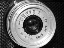 Cámara vieja de la película en imagen blanco y negro del primer fotografía de archivo