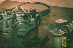 cámara vieja de la película de la fotografía análoga fotos de archivo