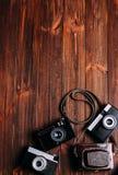 Cámara vieja en un fondo de madera marrón imagen de archivo libre de regalías