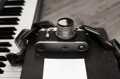 cámara vieja, película, piano Imagen de archivo libre de regalías