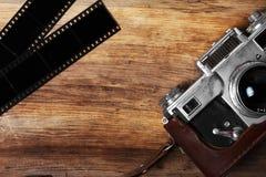 Cámara vieja y tira en blanco de la película Imágenes de archivo libres de regalías