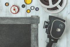 Cámara y accesorios viejos de película Imagen de archivo libre de regalías