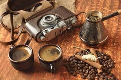 Cámara y café viejos Imágenes de archivo libres de regalías