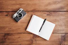 Cámara y cuaderno del vintage Foto de archivo libre de regalías