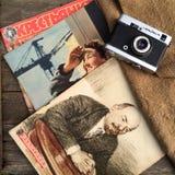 Cámara y diarios soviéticos viejos Imagen de archivo libre de regalías