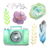 Cámara y flores de la acuarela Fotografía de archivo
