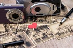 Cámara y fotos viejas con imagen retra Imagen de archivo
