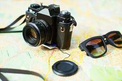 cámara y gafas de sol Foto de archivo