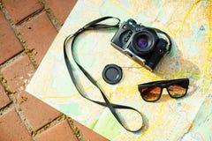 cámara y gafas de sol de la película Imagenes de archivo
