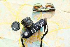 cámara y gafas de sol de la película Fotografía de archivo