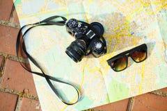 Cámara y gafas de sol viejas Fotografía de archivo libre de regalías