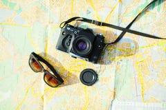 cámara y gafas de sol viejas de la película Fotos de archivo libres de regalías