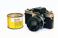 Cámara y Kodak Dektol de Minolta XE-5 del vintage Foto de archivo libre de regalías