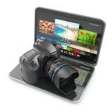 Cámara y ordenador portátil de la foto de Digitaces. Equipm del periodista o del viajero Foto de archivo libre de regalías