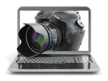 Cámara y ordenador portátil de la foto de Digitaces. Equipm del periodista o del viajero Imagen de archivo libre de regalías