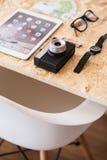 Cámara y smartphone en la tabla Imagen de archivo libre de regalías