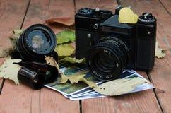 Cámara Zenit del vintage con una lente adicional, las fotos y la película encendido Imagenes de archivo