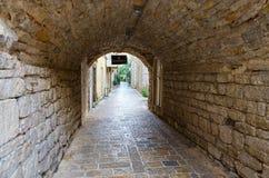 Cámaras acorazadas de piedra del arco, ciudad vieja de Budva, Montenegro Foto de archivo libre de regalías