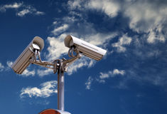 Cámaras de seguridad en el cielo fotos de archivo libres de regalías