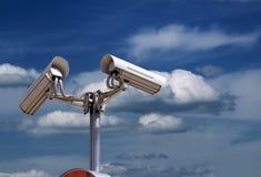 Cámaras de seguridad en el cielo imagen de archivo