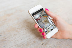 Cámaras de seguridad en el hogar vistas en el teléfono móvil fotos de archivo