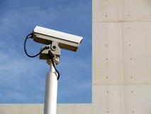 Cámaras de seguridad y cielo imágenes de archivo libres de regalías