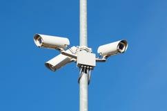Cámaras de vigilancia contra el Cctv de la seguridad del cielo azul Imagen de archivo