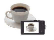 Cámaras digitales compactas. La visualizar-taza de café. fotos de archivo