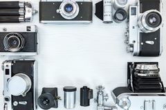Cámaras, equipo y accesorios retros de la foto en b de madera blanco Imagen de archivo libre de regalías