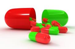 Cápsula abierta de la píldora del verde rojo Foto de archivo
